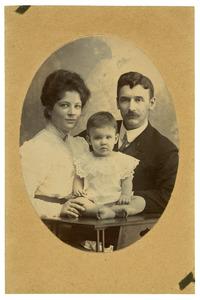 Portret van Bartholomeus Braat (1870-1945), M.C.J. Spanjaard (?-?) en Pauline Braat (1900-?)