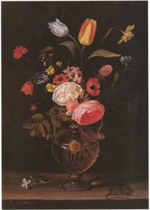 Bloemen in een glazen vaas met rechts een muisje op een stenen plint