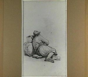 Rustende man, leunend tegen een baal; op de rug gezien