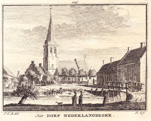 Gezicht vanaf de Langbroekerdijk in Nederlangbroek op de Brink met de Hervormde kerk