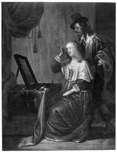 Jonge vrouw die in de spiegel kijkt, met een man in een interieur