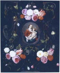 Trossen bloemen rond een voorstelling van Maria met kind