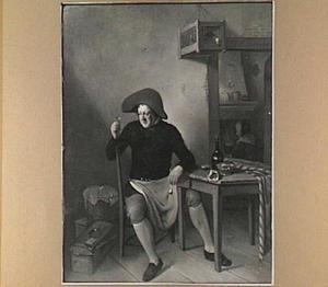 Man zittend aan een tafel met in zijn ene hand een borrelglas en in zijn andere hand een pijp