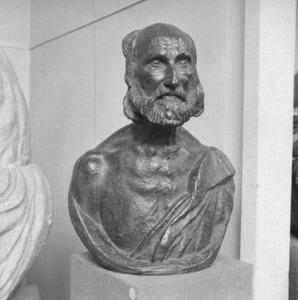 Het atelier van Antoine Bourdelle met een bronzen buste van een oude man