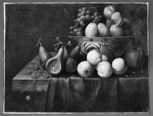Vruchtenstilleven met diverse soorten fruit in en om een Wan Li-kom op een gedrapeerde houten tafel