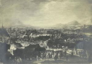 Een legerkamp in een laagvlakte, in de verte woedt een veldslag