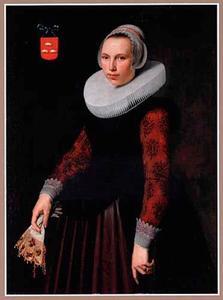 Portret van een 23-jarige vrouw met een handschoen in de hand