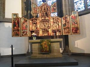 De gevangenneming van Christus, de bespotting van Christus, de graflegging, de bewening (binnenzijde linkerluik); De annunciatie, de visitatie, de geboorte, de presentatie in de tempel, de aanbidding der Wijzen, de kruisdraging, de kruisiging, de kruisafneming (midden); Ecce Homo, de doornenkroning, de opstanding, Christus in limbo (binnenzijde rechterluik)