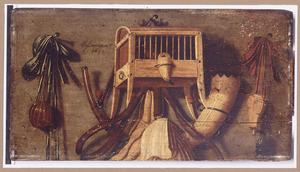 Trompe-l'oeil met een vogel in een kooitje, een jachthoorn, weitas, en ander jachtbenodigdheden