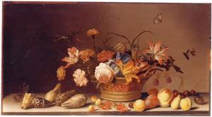 Stilleven met bloemen in een mand, schelpen en vruchten op een stenen plint