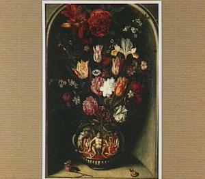 Stilleven met bloemen in een met grotesken versierde vaas in een nis