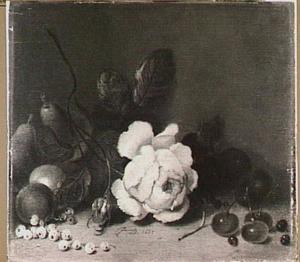 Stilleven met een roos en wat vruchten op een tafel
