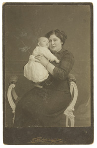 Portret van Catharina Elisabeth Labrie (1886-) met dochter