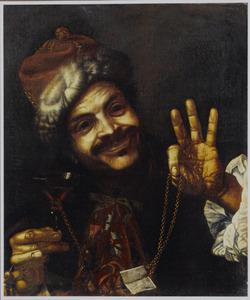 Glimlachende man met bontmuts met een wijnglas waaraan een gouden ketting met briefje