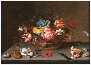 Bloemen in een mand, omgeven door losse bloemen, schelpen, vlinders en een hagedis