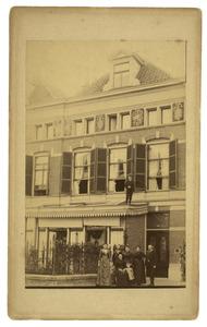 Portret van de familie Oosting in de Riouwstraat in Den Haag