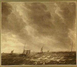Scheepvaart op binnenwater, middenachter het silhouet van een kerktoren