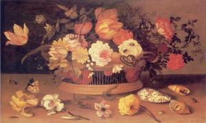 Bloemen in een mand, met daarvoor schelpen en bloemen met insekten op een stenen plint