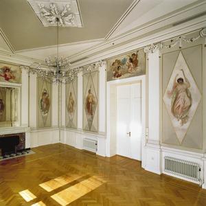 Foyer met stucdecoraties uit het empire en wandschilderingen uit 1860 met personificaties van de vier jaargetijden en de vier elementen en vijf allegorische voorstellingen op de kunsten