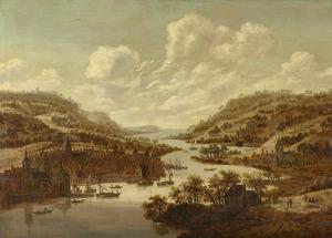 Panoramisch rivierlandschap met links en rechts bebouwing op de oevers en druk verkeer op het water