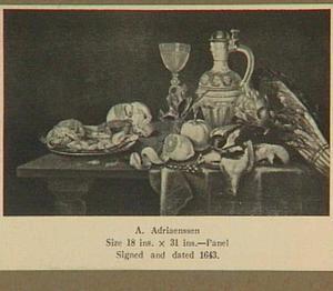 Stilleven op een tafel met drinkegrei, zeevruchten, gevogelte, fruit, asperges en een artisjok