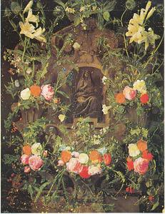 Gebeeldhouwde cartouche versierd met bloemen met een voorstelling van de Mater Dolorosa