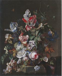 Een bloemstilleven met rozen en tulpen op een stenen rand