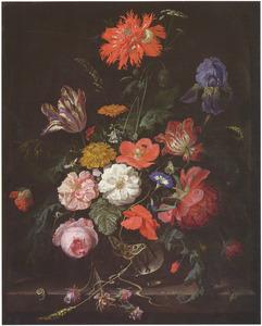 Bloemen in een glazen vaas, met daarop een nachtpauwoog, in een nis