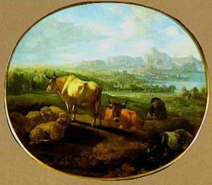 Weids berglandschap met een slapende herder bij zijn kudde