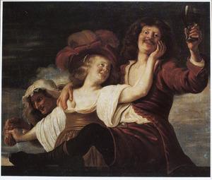 Vrolijke drinker met een jonge vrouw en een koppelaarster