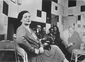 Bezoekers in Piet Mondriaans atelier, van links naar rechts: Florence Henri, George Vantongerloo, Tine Vantongerloo, twee onbekende personen, Piet Mondriaan