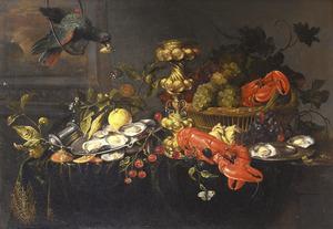 Tafel met oesters, vruchten, akeleibeker en kreeften voor een open raam, met een papegaai