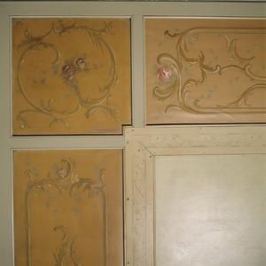 Rocaille versiering met roosjes en blaadjes