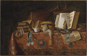 Stilleven met boeken, muziekinstrumenten en andere voorwerpen op een tafel bedekt met een oosters tafelkleed