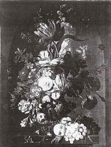 Bloemstilleven met vruchten op een piëdestal in een nis