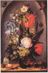 Bloemen in een glazen vaas, met hagedissen, schelpen en insecten in een nis