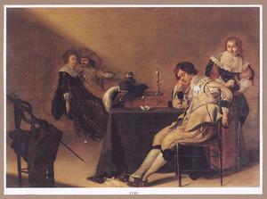 Elegant gezelschap met slapende jonge man in een interieur