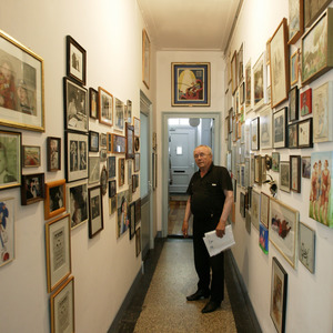 Gerrit van Dijk in de hal bij zijn atelier