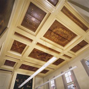 Cassettenplafond overwegend ornamentele schilderingen en een middenveld met figuratieve schildering