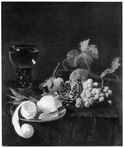 Vruchtenstilleven met een roemer op een tafel