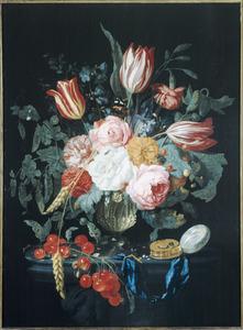 Bloemen in een glazen vaas naast een horloge