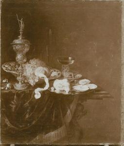 Stilleven met siervaatwerk en oester op een tafel