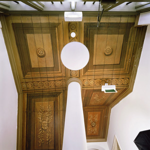 Met vakken en ornamenten beschilderd plafond