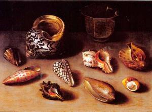 Stilleven van schelpen op een tafel