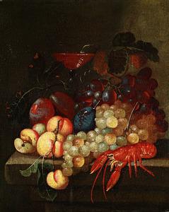 Stilleven van vruchten, wijnglas, karaf rode wijn en kreeft op een stenen plint