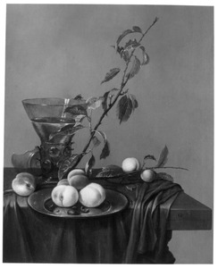 Stilleven met perziken op bord, roemer en bloesemtak op tafel met kleed