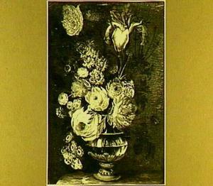 Bloemen in een glazen vaas op een marmeren plint