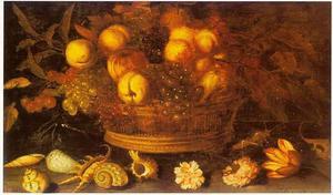 Een mand met appels, druiven en perziken op een stenen ondergrond met enige bloemen, schelpen en insekten