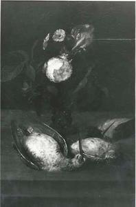 Dode snip, ijsvogel en lijster, daarachter een roemer met een roos en een Duitse lis, op een houten blad