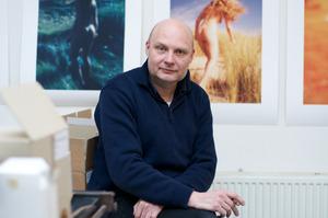 Portret van Paul Kooiker in zijn atelier